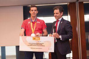 José Álvarez, Presidente de Unidental, haciendo entrega del regalo a José Manuel Ruiz, abanderado y medallista olímpico, en nombre de todo el equipo.